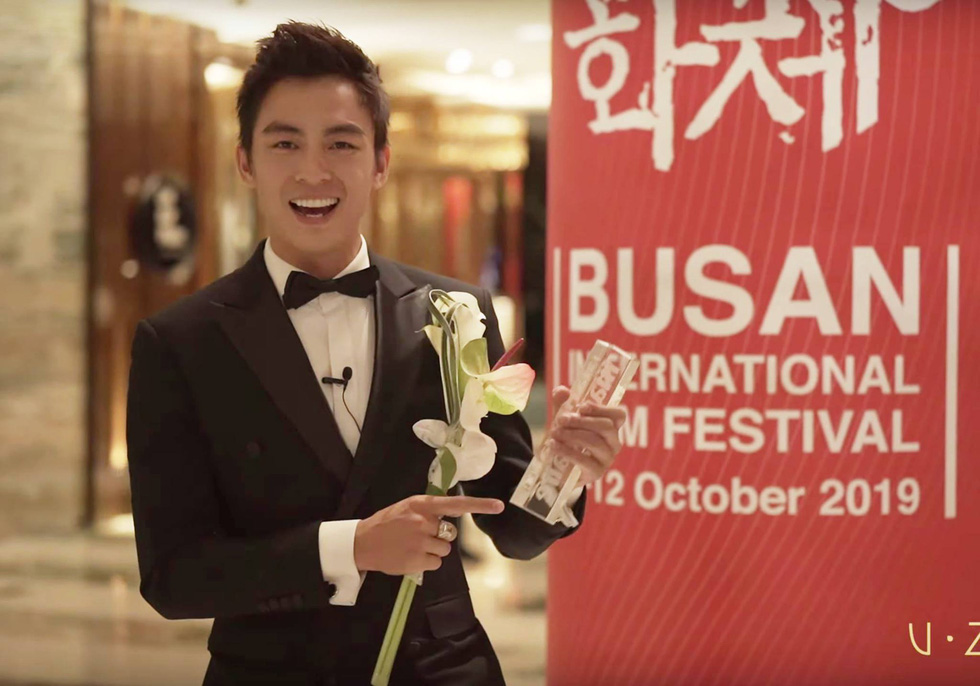 Vietnamese actor Lanh Thanh celebrates after winning the Rising Star Award at the 24th Busan International Film Festival in Busan, South Korea. Photo: BIFF