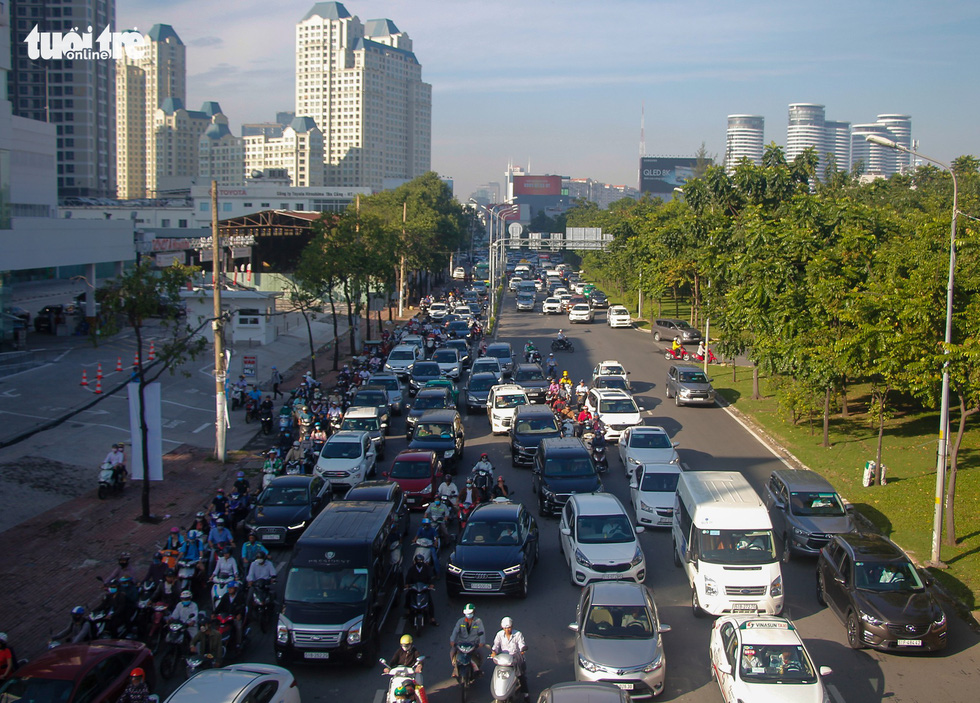 Traffic congestion on Nguyen Huu Canh Street in Ho Chi Minh City. Photo: Chau Tuan / Tuoi Tre