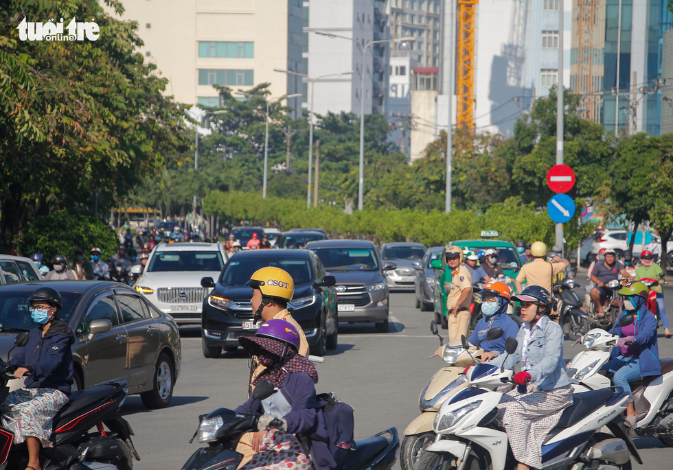 Traffic police officers regulate traffic on Dien Bien Phu Street in Ho Chi Minh City. Photo: Chau Tuan / Tuoi Tre