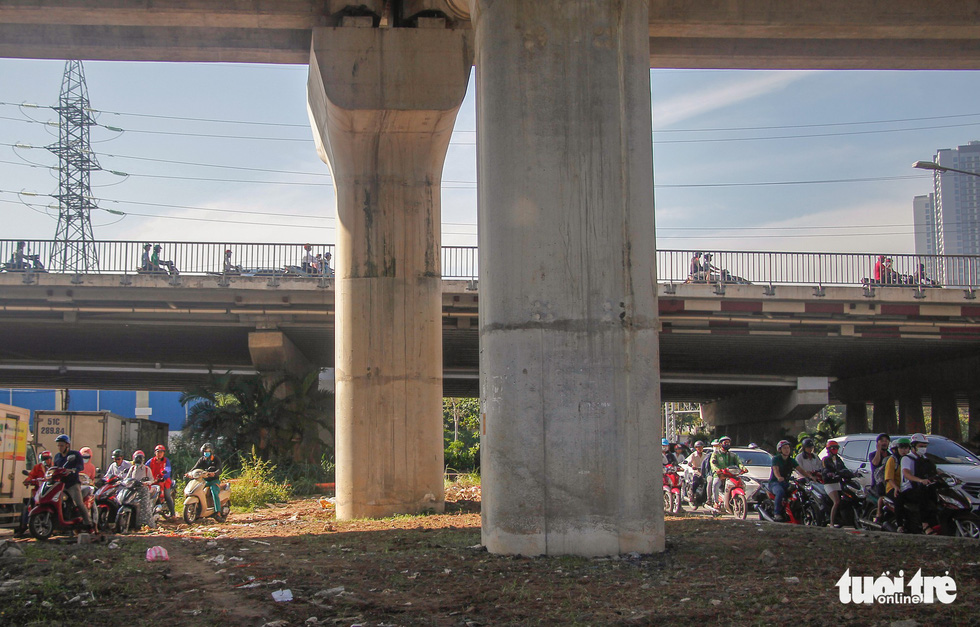 Motorcyclists make a detour under a bridge to avoid congestion on Nguyen Huu Canh Street in Ho Chi Minh City. Photo: Chau Tuan / Tuoi Tre