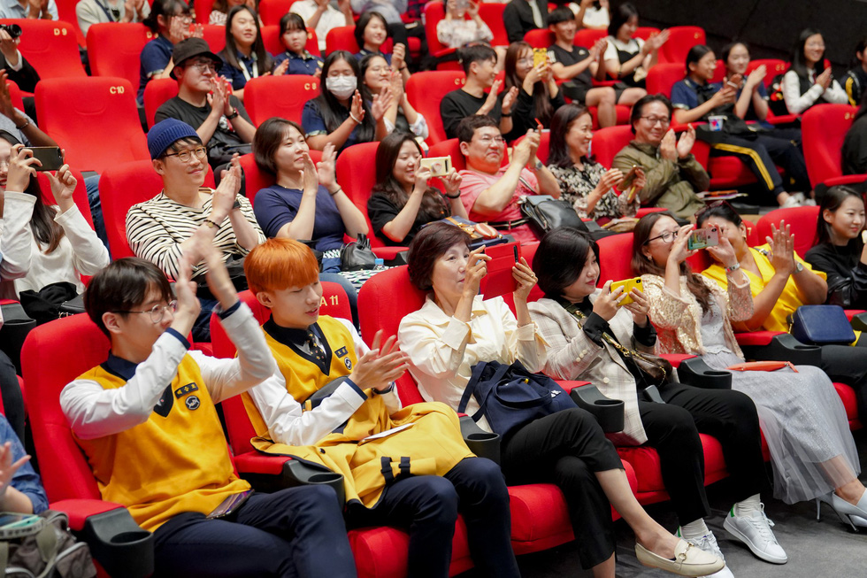 A cinema is packed at the screening of Vietnamese film 'Anh Trai Yeu Quai' (Dear Devil Brother) at the 24th Busan International Film Festival in Busan, South Korea. Photo: CJ