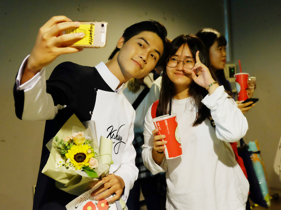 Vietnamese actor Vo Dien Gia Huy takes a 'we-fie' with a fan at the 24th Busan International Film Festival in Busan, South Korea. Photo: Mi Ly