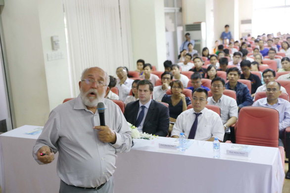 Dr. Michel Mayor delivers a scientific presentation to students at the University of Science in Ho Chi Minh City in 2014. Photo: Nhu Hung / Tuoi Tre