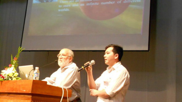 Dr. Michel Mayor speaks at a scientific seminar in Quy Nhon City, Vietnam in 2014. Photo: Xuan Nguyen / Tuoi Tre