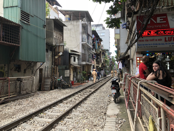 All entrances to the famous railway cafes area in Hanoi were blocked on October 10, 2019 in an attempt of local authorities to ensure public and traffic safety. Photo: Q.TH/ Tuoi Tre