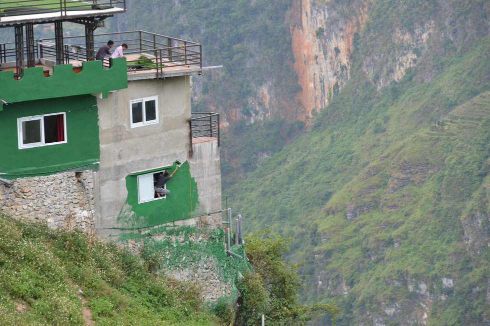 The Ma Pi Leng Panorama building is seen in green exterior on Ma Pi Leng mountain pass in Ha Giang Province, Vietnam, as of October 11, 2019. Photo: Vu Tuan / Tuoi Tre