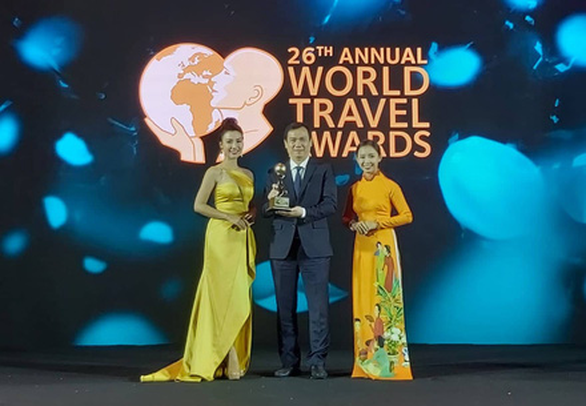 Nguyen Trung Khanh, head of the Vietnam National Administration of Tourism, receives an award at the World Travel Awards Asia and Oceania 2019 on Phu Quoc Island off southern Kien Giang Province on October 12, 2019. Photo: N.Binh / Tuoi Tre