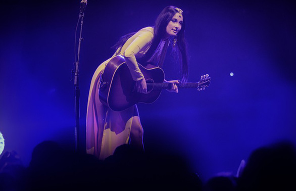 American singer Kacey Musgraves performs at a concert in Dallas, Texas wearing the Vietnamese long gown 'ao dai' without trousers. Photo: Dallas Observer