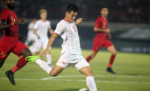 Vietnam's Tien Linh performs a shot during his team's 2022 FIFA World Cup qualifier against Indonesia in Bali, October 15, 2019. Photo: Tuoi Tre