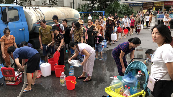 Residents in Hoang Mai District, Hanoi queue for fresh water from a tanker as their tap water gets smelly. Photo: Quang The / Tuoi Tre