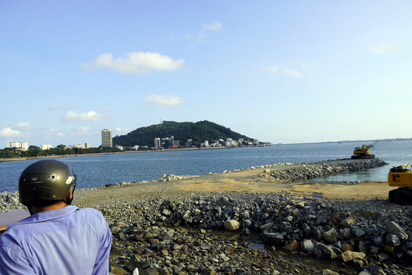 A resident looks at the site of land reclamation for the Hong Ngu Aquarium project in Vung Tau City, Vietnam. Photo: Dong Ha / Tuoi Tre