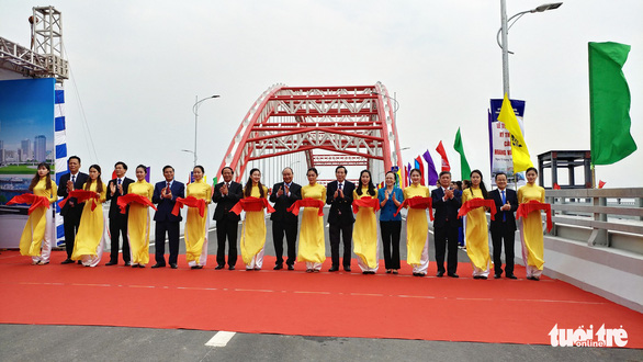 Officials attend the inauguration ceremony of the Hoang Van Thu Bridge in Hai Phong City, Vietnam, October 15, 2019. Photo: Tien Thang / Tuoi Tre