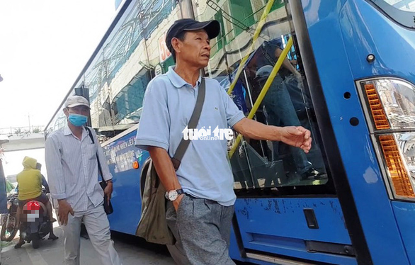 Two members of a pickpocket gang in Ho Chi Minh City hunt for preys at a bus stop in Thu Duc District. Photo: Minh Hoa / Tuoi Tre