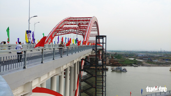 The Hoang Van Thu Bridge is seen from the urban district of Hong Bang in Hai Phong City. Photo: Tien Thang / Tuoi Tre