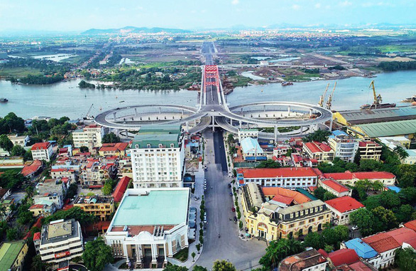 The Hoang Van Thu Bridge is seen from a bird's eye view from the urban district of Hong Bang in Hai Phong City. Photo: Tien Thang / Tuoi Tre