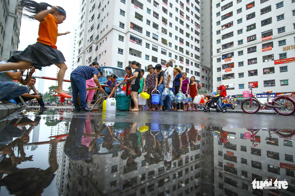 Residents at an apartment complex in Hoang Mai District, Hanoi wait for their turn to receive fresh water on October 16, 2019. Photo: Nguyen Khanh / Tuoi Tre