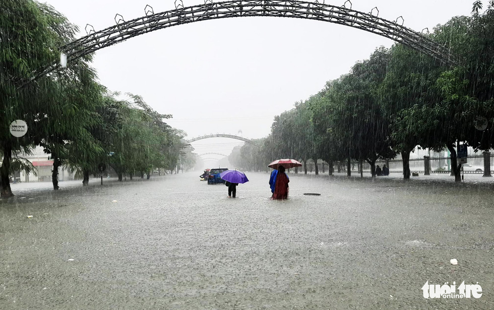 Ho Tung Mau Street in downtown Vinh City is severely flooded.