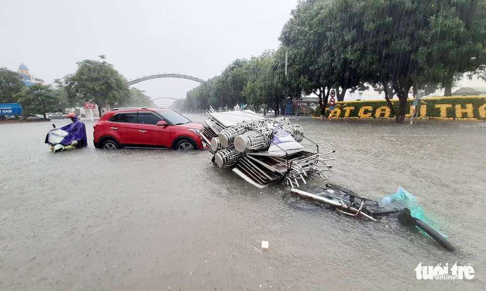 Vehicles break down due to flooding in Vinh City.