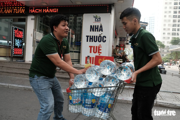 Residents purchase bottled water in Hanoi on October 17, 2019. Photo: Mai Thuong / Tuoi Tre