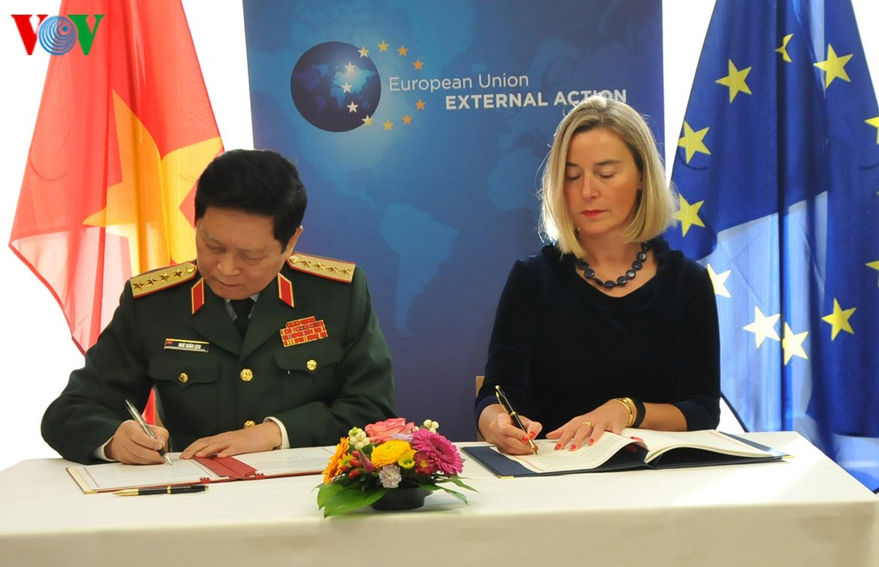 <em>General Ngo Xuan Lich (L), Minister of National Defense of Vietnam, and Federica Mogherini, Vice President of the European Commission and High Representative of the EU for Foreign Affairs and Security Policy, sign a Framework Participation Agreement for Vietnam's participation in crisis management activities of the EU in Brussels, Belgium on October 17, 2019. Photo: </em>Vietnam News Agency