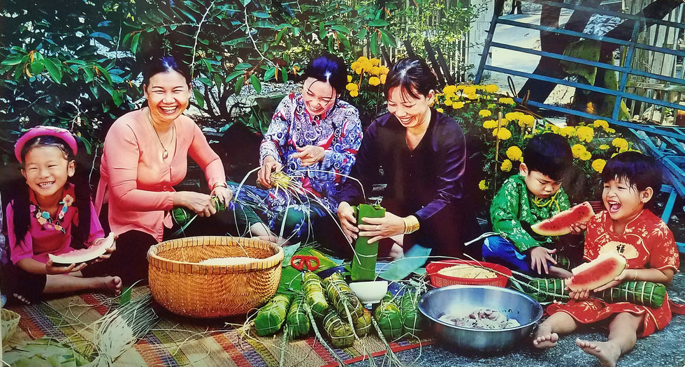 Photo 'Gia dinh don Tet' (Family prepares for Tet) by Huynh My Thuan