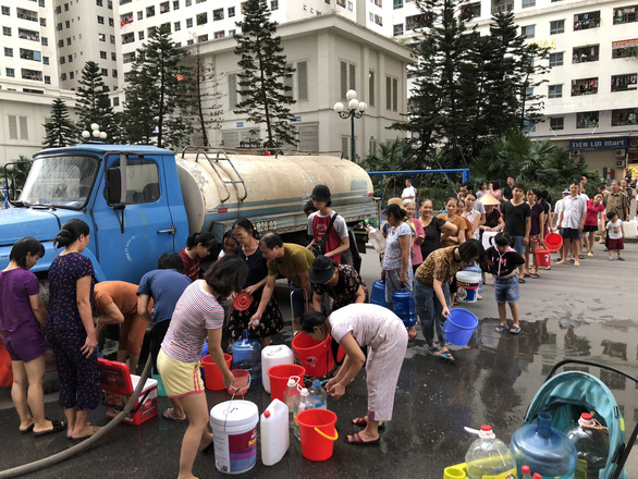 Residents in Hanoi queue for clean water from a tanker truck. Photo: Quang The / Tuoi Tre