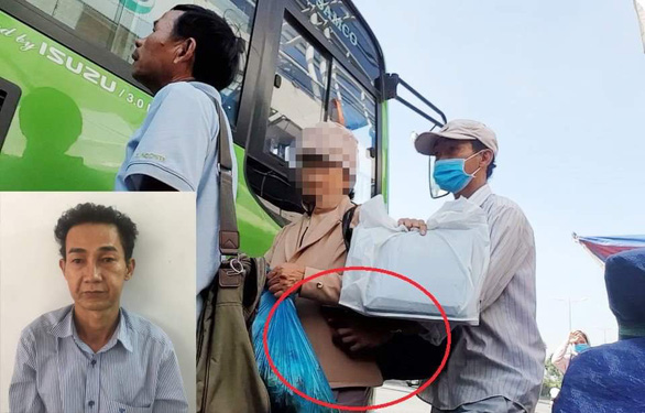 Quach Chinh Nhan, who wears a mask, is caught on camera stealing from an elderly woman at the bus stop in Linh Trung Ward, Thu Duc District on October 14, 2019. Photo: Tuoi Tre