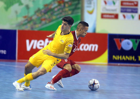 Vietnamese and Australian players vie for possession during their teams' opening match of the 2019 AFF Futsal Championship in Ho Chi Minh City, Vietnam. Photo: N.K. / Tuoi Tre