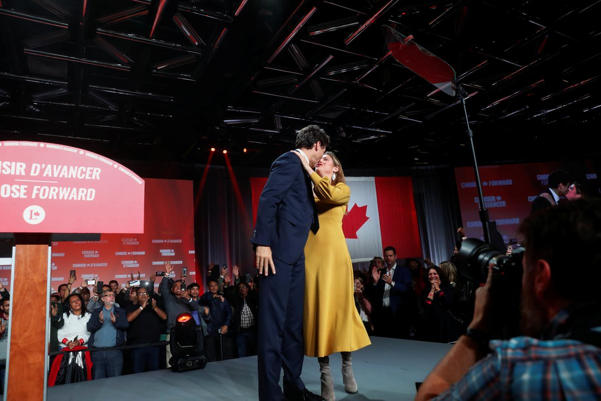 Liberal leader and Canadian Prime Minister Justin Trudeau kisses his wife Sophie Gregoire Trudeau after the federal election at the Palais des Congres in Montreal, Quebec, Canada October 22, 2019. Photo: Reuters