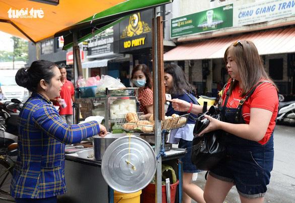 Ho Chi Minh City in world's top 5 'street food heavens': survey