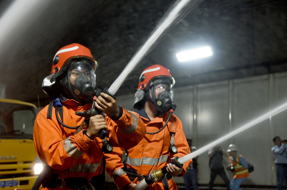 Firefighters participate in a fire drill at the Saigon River Tunnel in Ho Chi Minh City on October 27, 2019. Photo: Duyen Phan / Tuoi Tre