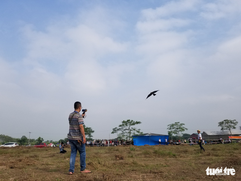A raptor performs tasks during the 5th Northern Vietnam Birds of Prey Contest in Hanoi, October 27, 2019. Photo: Ha Thanh / Tuoi Tre