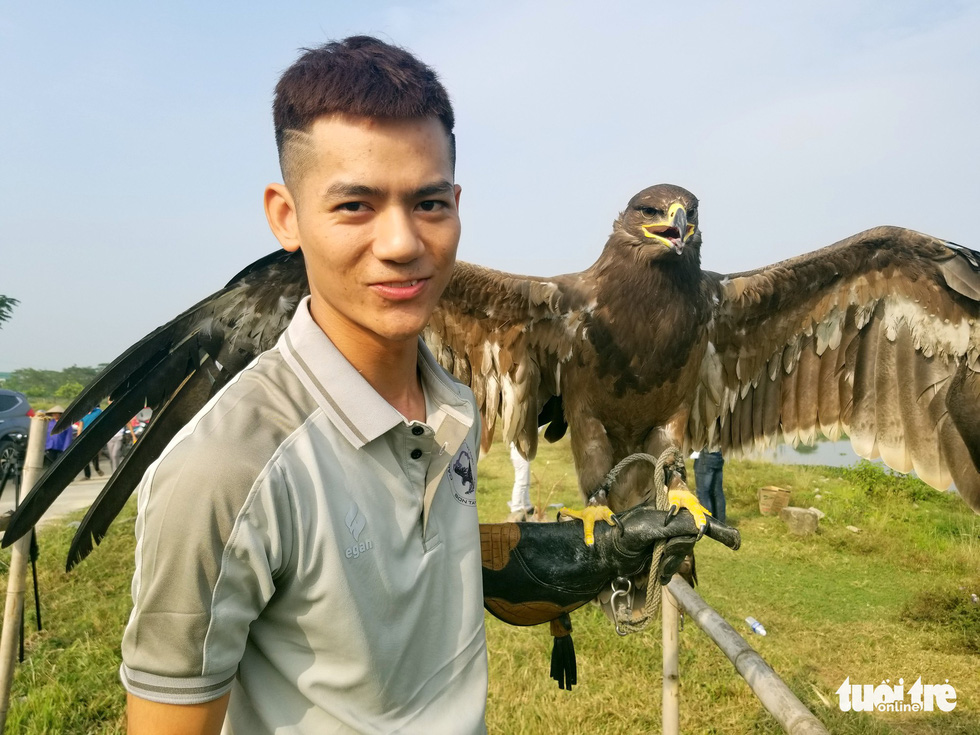 Trainer Nguyen Quang Tuy, 23, handles a steppe eagle during the 5th Northern Vietnam Birds of Prey Contest in Hanoi, October 27, 2019. Photo: Ha Thanh / Tuoi Tre