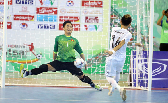 Vietnamese goalie Ho Van Y blocks a penalty in the third-place play-off against Myanmar at the 2019 AFF Futsal Championship in Ho Chi Minh City, October 27, 2019. Photo: Nguyen Khoi / Tuoi Tre
