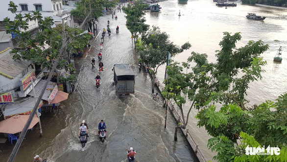 Tran Xuan Soan Street in District 7 is inundated due to high tide on October 27, 2019. Photo: Ngoc Khai / Tuoi Tre