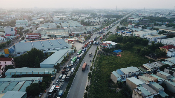 A major road connecting Binh Duong Province and Ho Chi Minh City. Photo: Quang Dinh / Tuoi Tre