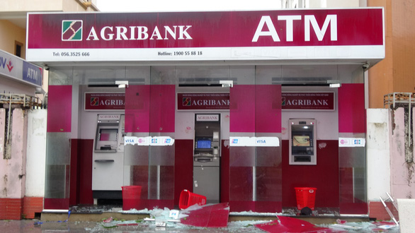 Strong wind break glass at an ATM booth in Quy Nhon. Photo: Thai Thinh / Tuoi Tre