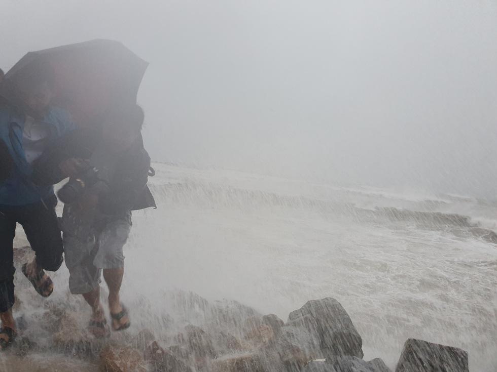 Rough seas in Quang Ngai Province on October 30, 2019. Photo: Tran Mai / Tuoi Tre