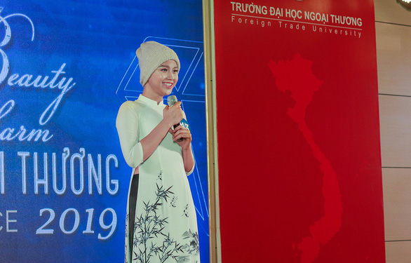 Vietnam cancer patient rocks bald head in university beauty pageant