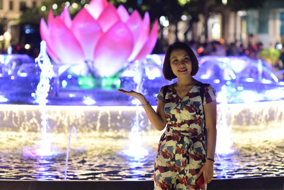 A woman poses in front of a newly opened fountain on Nguyen Hue Walking Street in District 1, Ho Chi Minh City, October 31, 2019. Photo: Quang Dinh / Tuoi Tre