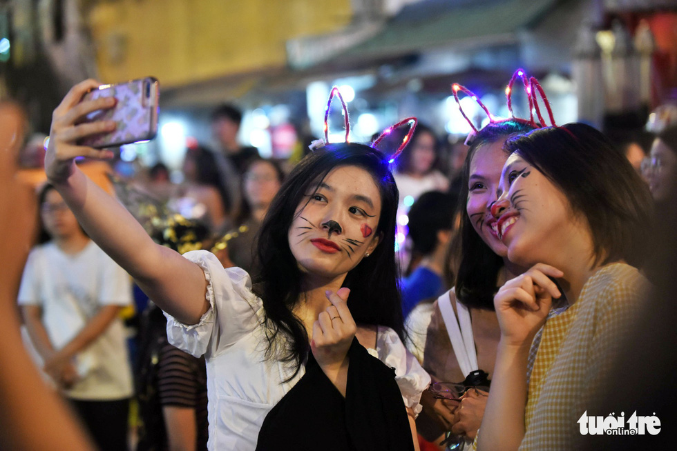 Women wear cute make-up on Bui Vien Street in District 1, Ho Chi Minh City, October 31, 2019. Photo: Duyen Phan / Tuoi Tre