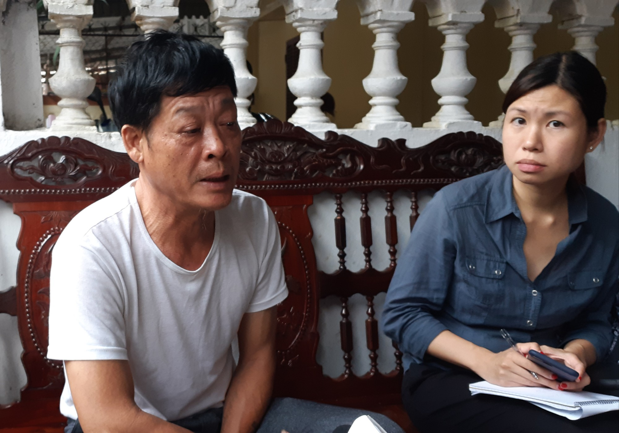 Pham Van Thin (L), father of Pham Thi Tra My, who is suspected to be among 39 victims found dead in a truck in Essex, UK on October 23, 2019, talks with reporters about the details of My's journey from Vietnam to the UK. Photo: Van Dinh / Tuoi Tre