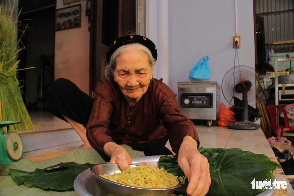 Vietnamese family surpass 70 years making Hanoi's signature autumn food