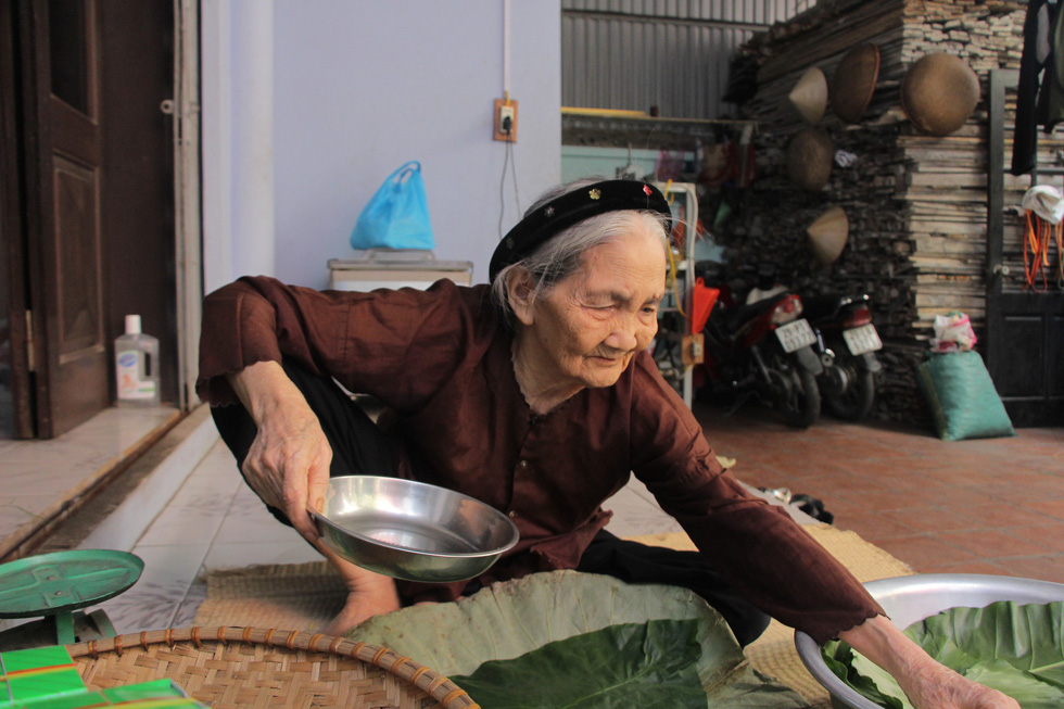 Nguyen Thi Can helps her children and grandchildren with the packaging process at her house in Hanoi. Photo: Ha Thanh / Tuoi Tre