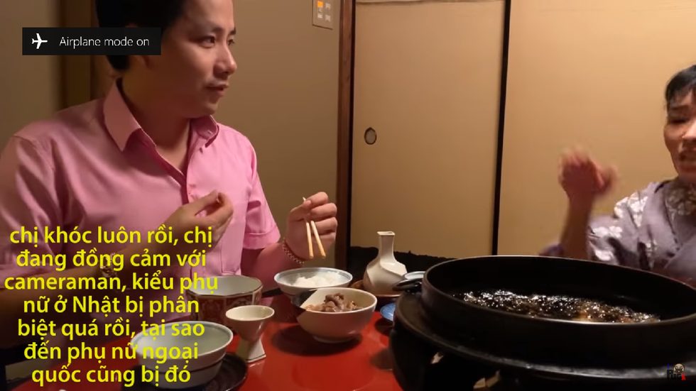 A screenshot from the controversial video on Khoa Pug YouTube channel claims that the waitress began to cry as the camerawoman refused to start eating.