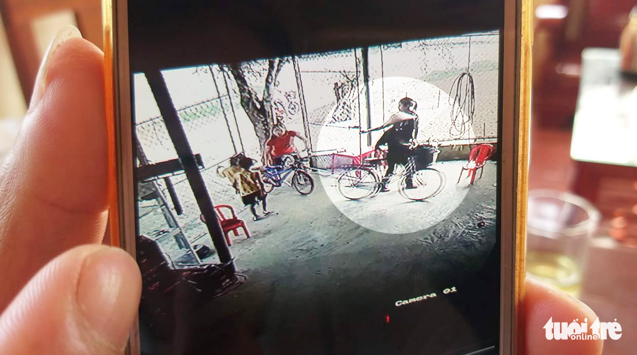 CCTV footage showing P.T.H. parking her bicycle at a grocery store. Photo: D.Hoa / Tuoi Tre