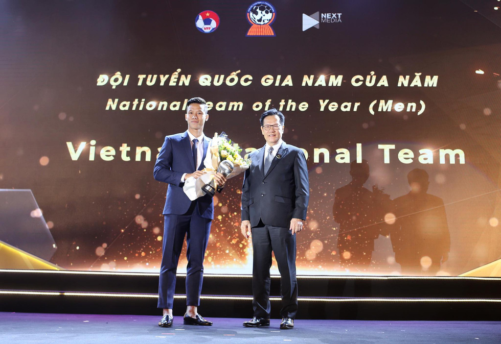 Vietnam's captain Que Ngoc Hai receives the AFF Men's National Team of the Year at the awards ceremony in Hanoi, November 9, 2019. Photo: Nam Khanh / Tuoi Tre