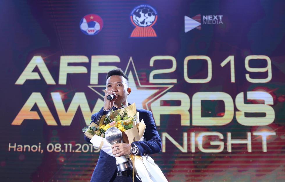 Vietnam's Tran Van Vu receives Futsal Player of the Year at the awards ceremony in Hanoi, November 9, 2019. Photo: Nam Khanh / Tuoi Tre