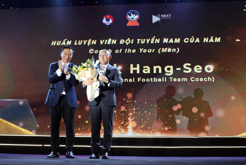 South Korean Park Hang Seo receives the men's Coach of the Year at the awards ceremony in Hanoi, November 9, 2019. Photo: Nam Khanh / Tuoi Tre