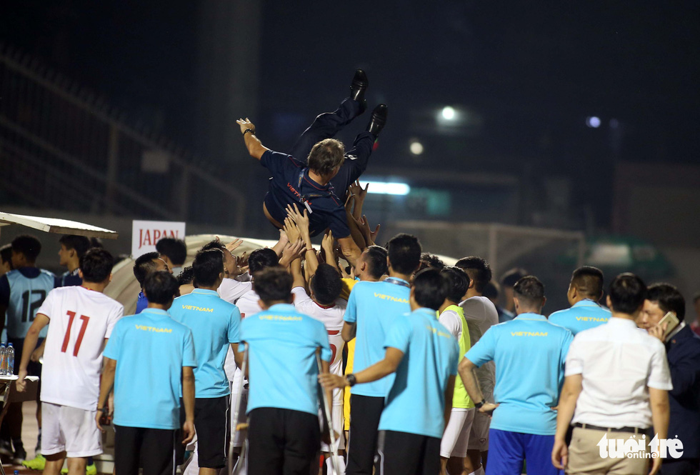 Vietnamese players throw their coach in the air to celebrate winning a ticket to the finals of the 2020 AFC U19 Championship, November 10, 2019. Photo: Nguyen Khoi / Tuoi Tre